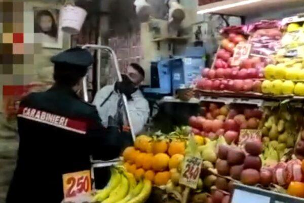 Camorra, arsenale tra la frutta: oltre 20 armi custodite da un incensurato