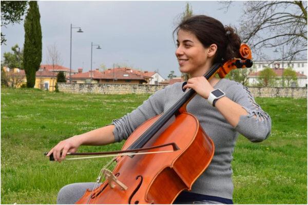 Chi è Giulia Mazza, la violoncellista sorda che tornerà a sentire grazie a un nuovo apparecchio