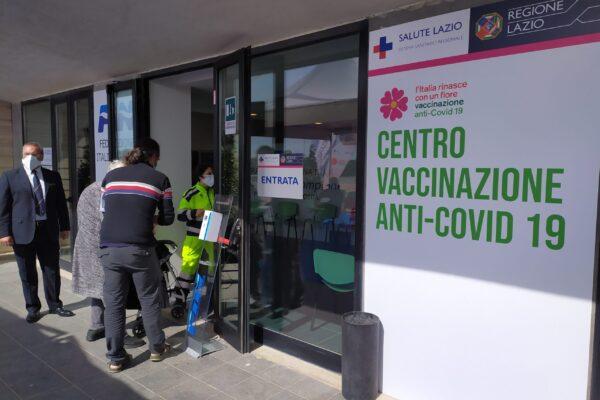 """Zingaretti: """"Da settembre stop ai centri vaccini, le dosi solo in farmacia e dal medico di base"""""""