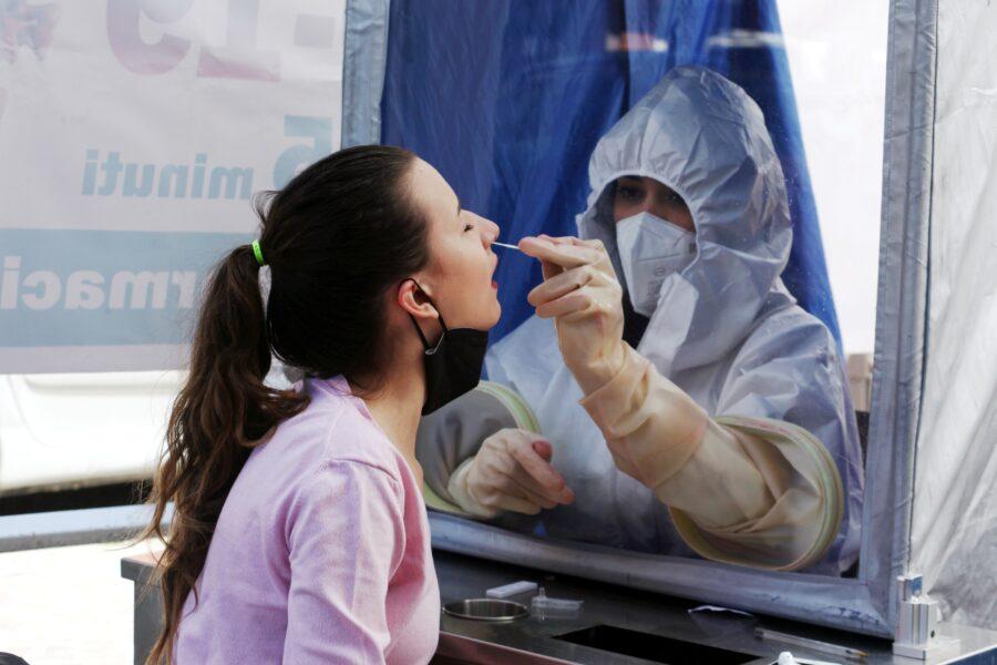 Coronavirus, scendono tin e ricoveri: oltre 10mila positivi e 267 morti