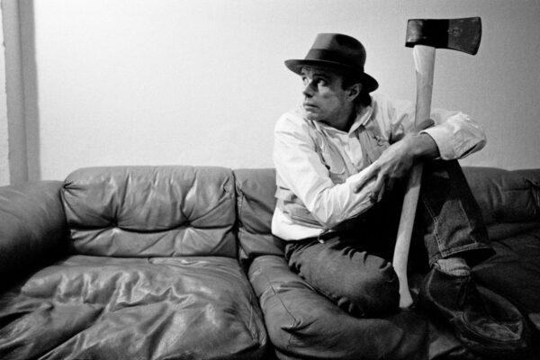 Chi è Joseph Beuys, il performer che amava la terra e l'utopia