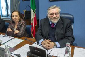 Copasir, il leghista Volpi si dimette da presidente: la mossa di Salvini che chiede un nuovo Comitato