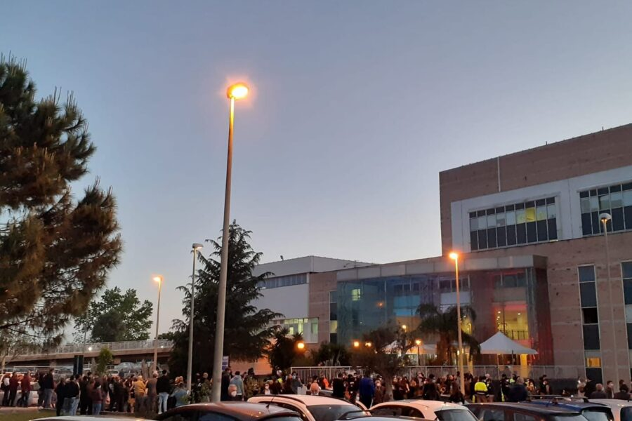 """Vaccinazioni libere fino all'alba nel Casertano, boom di giovani in fila: """"Dateci AstraZeneca"""""""