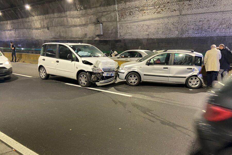 Napoli, schianto tra auto nella Galleria Laziale: una persona in ospedale