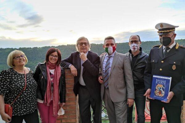 Vittorio Sgarbi a Nemi per il via della Biennale d'Arte