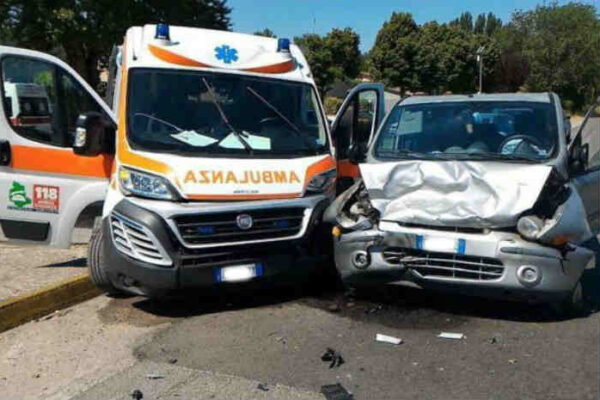 Incidente con l'ambulanza a Roma: ferito un automobilista