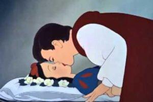 """Il bacio di Biancaneve a Disneyland è """"un caso"""" solo in Italia: la censura inventata da giornali e politici"""