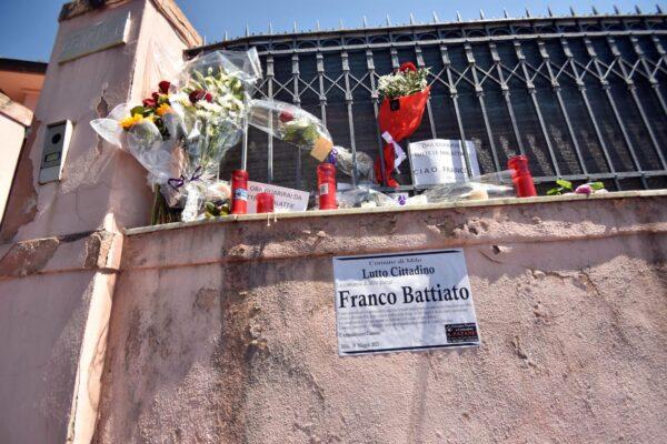Funerali di Franco Battiato, vip e pochi intimi per l'ultimo saluto