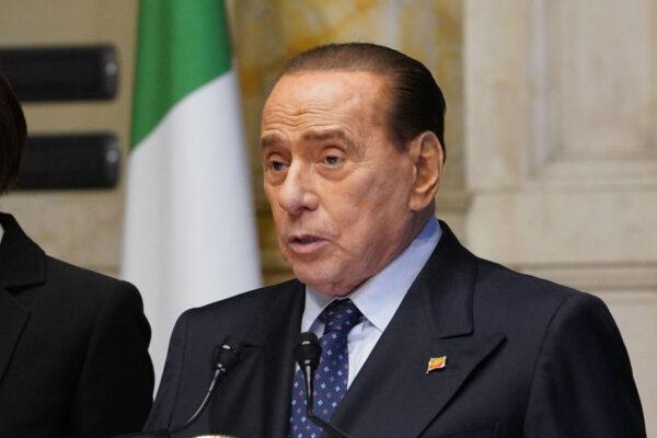 Il Fatto ironizza sulla salute di Berlusconi: assolto ma torturato da anni
