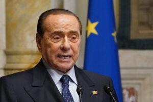 """Berlusconi torna a parlare dopo il ricovero: """"Sto migliorando"""" No secco a ddl Zan e dote ai 18enni"""