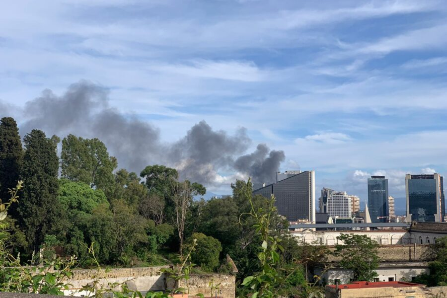 Napoli, incendio in un deposito di giocattoli: nube nera visibile a chilometri di distanza