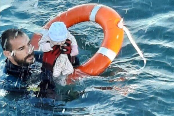"""""""Era freddo, non sapevo se era vivo"""": l'agente e il neonato, la foto simbolo del dramma di Ceuta"""