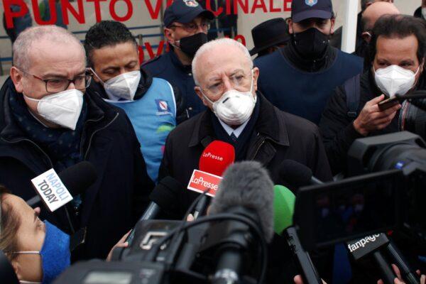 De Luca non vuole politici negli ospedali, ma lui ci va continuamente…