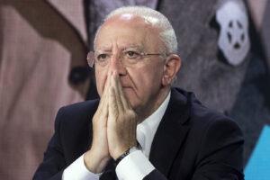 """AstraZeneca, De Luca: """"Solo per over 60 e seconde dosi ma Aifa tace e il Governo fa solo confusione"""""""