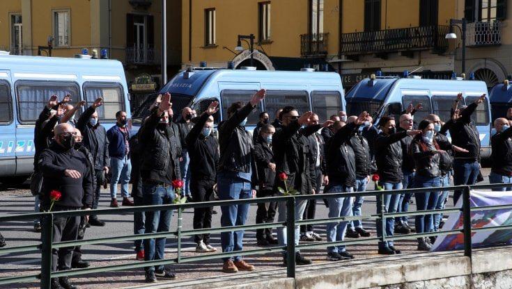 A Dongo 200 camerati per ricordare Mussolini, dall'altra parte della piazza 300 antifascisti cantano 'Bella Ciao'