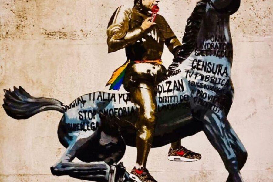 Il murales di Fedez che cavalca il cavallo della Rai