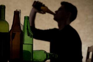 """Alcol e pandemia, è impennata record: """"A casa consumi in crescita fino al 250%"""""""