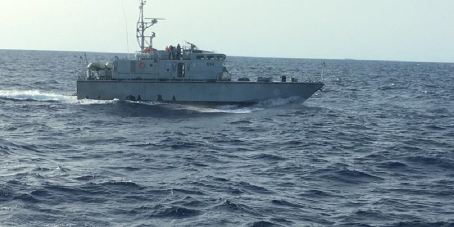 Guardia costiera libica spara contro tre pescherecci italiani: ferito comandante