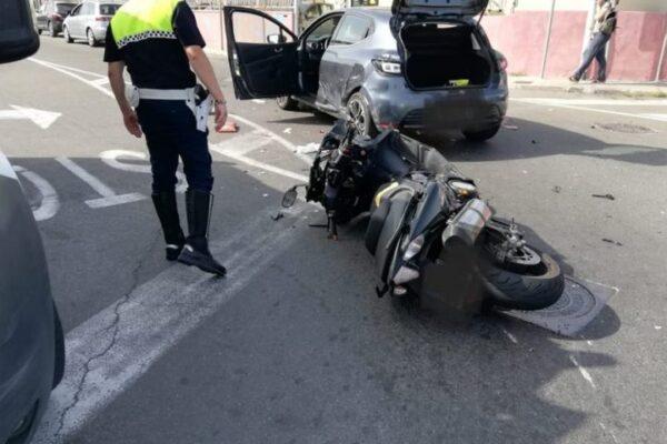 Incidente tra due auto e tre moto: perde la vita un centauro