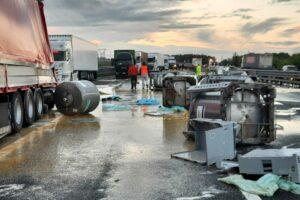 Maxi tamponamento sull'A1 tra 8 tir: traffico in tilt e autostrada invasa da detriti e uova