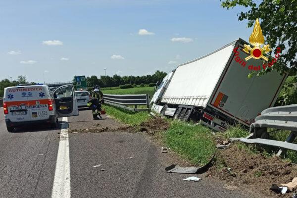 Tir tampona furgone fermo in corsia d'emergenza sull'A13 e finisce fuori strada: caos in autostrada