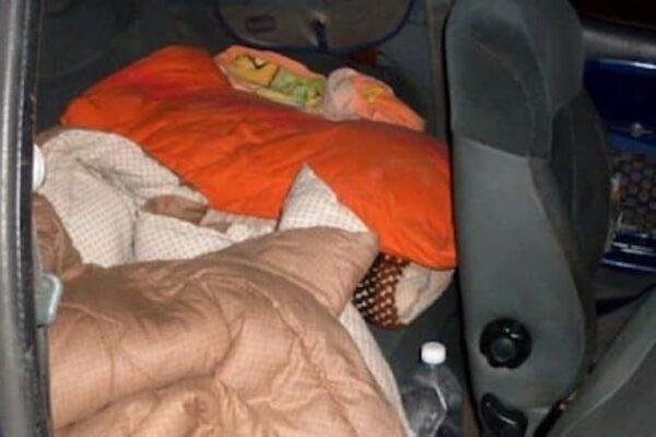 """Sfrattata da casa nonostante la pandemia, donna vive in auto da tre settimane: """"Rovinata da mio marito"""""""