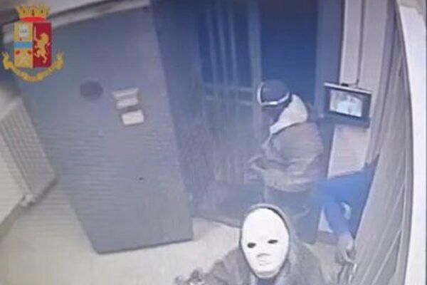 Colpo da un milione in banca, presa la 'banda del buco' fuggita dalle fogne: sette arresti