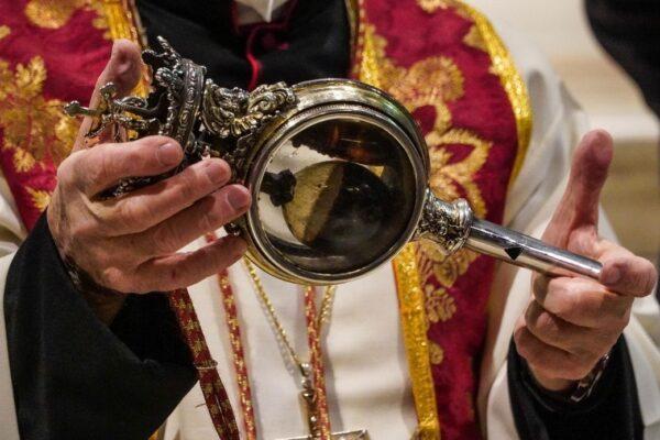 Il miracolo di San Gennaro non si ripete nella 'prima' di don Battaglia: era già accaduto a dicembre