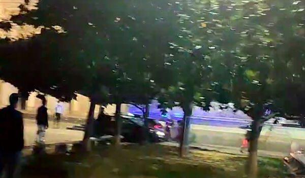 Carabinieri aggrediti da pitbull aizzato dal proprietario, militare spara: lanci di bottiglie contro le auto di servizio