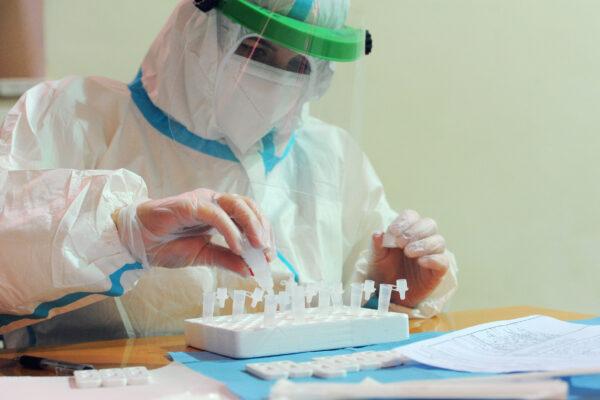 TAMPONI RAPIDI E TEST SIEROLOGICI TAMPONE RAPIDO TEST SIEROLOGICO SCREENING DIAGNOSTICA CORONAVIRUS COVID-19 PERSONALE SANITARIO MEDICO MEDICI OPERATORE OPERATORI SANITARI IN ABBIGLIAMENTO PROTETTIVO TUTA PROTETTIVA TUTE PROTETTIVE VISIERA VISIERE