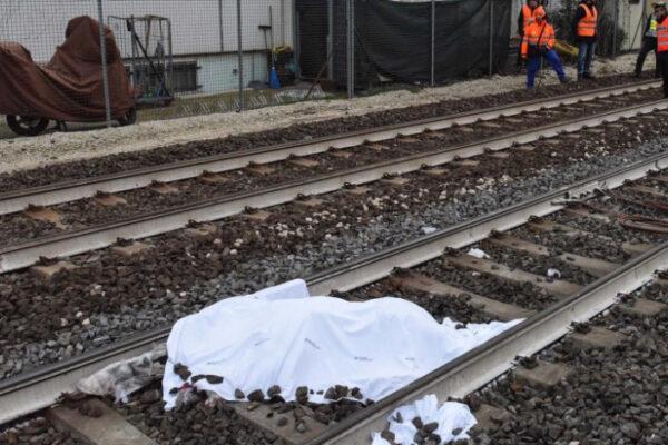 Uomo travolto e ucciso da treno mentre attraversa binari