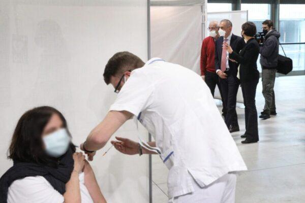 Vaccini in Campania, accelerata con i 50enni: domenica apre anche l'hangar Atitech