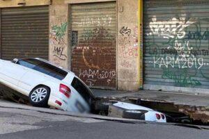 Roma sprofonda, a Tor Pignattara due auto inghiottite da una voragine