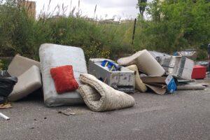 Pulizie di primavera con discarica in strada: la denuncia dell'Ama