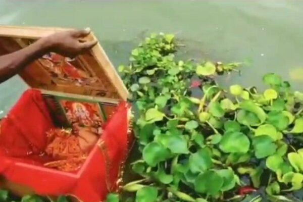 Neonata alla deriva in una scatola su un fiume, salvata da un barcaiolo