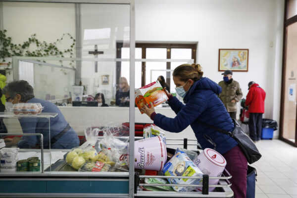 """Foto Cecilia Fabiano/ LaPresse  22 gennaio 2021 Roma (Italia) Cronaca :  Emergenza Covid-19: interventi straordinari per le persone sole e le famiglie indigenti» presso l'emporio Caritas   Nella foto : le corsie dell'Emporio Caritas  Photo Cecilia Fabiano/LaPresse January 22 , 2021  Roma (Italy)  News : Covid-19 emergency: extraordinary interventions for lonely people and destitute families """"at the Caritas emporium In the Pic : Caritas supermarket aisles"""