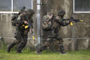 Blitz dei Marines in una fabbrica, paura tra i dipendenti