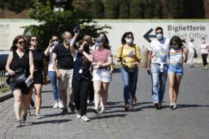Quando si potranno togliere le mascherine all'aperto: l'annuncio del sottosegretario Costa