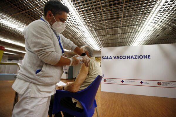 """Vaccini in vacanza, via libera di Figliuolo: """"Regioni si organizzino, bilanceremo le dosi"""""""