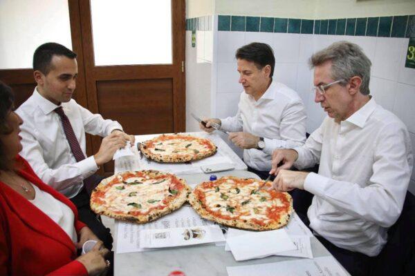 """Ciarambino, Di Maio, Conte e Manfredi nella pizzeria """"Da Michele"""" a Forcella"""