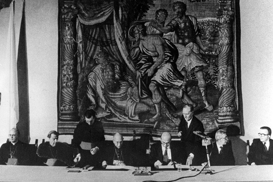 ©Lapresse Varie Politica  18/02/1984  Roma NELLA FOTO : IL CARDINALE CASAROLI e Bettino Craxi. A VILLA MADAMA SI  E' PROCEDUTO OGGI ALLA FIRMA DEI NUOVI ACCORDI TRA STATO ITALIANO E VATICANO. PER LA CHIESA HA FIRMATO IL CARDINALE CASAROLI E PER L'ITALIA IL PRESIDENTE DEL CONSIGLIO ONOREVOLE CRAXI.PRESENTI IL MINISTRO FORLANI,ANDREOTTI E ALTRE AUTORITA'