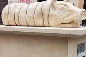 A Trastevere rivolta contro il monumento alla porchetta: fa infuriare romani e animalisti