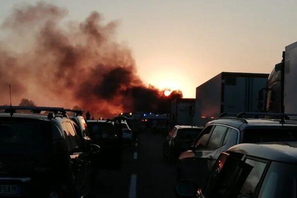 Assalto a furgone portavalori sull'A1: chiodi, spari e mezzi in fiamme ma il colpo fallisce