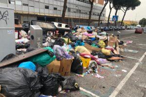 I rifiuti di Roma diventano un caso politico: spunta l'ipotesi del complotto