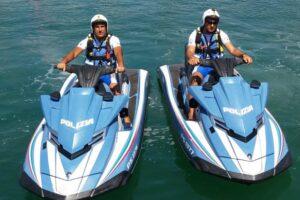 Anzio, barca a vela alla deriva salvata dalla polizia in acqua scooter