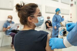 L'Aifa dà il via libera al 'mix' di vaccini agli under 60, ma aumentano gli effetti collaterali lievi