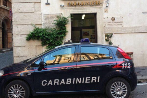 Piazza Farnese, strappano il tricolore dalla caserma dei carabinieri: denunciati 3 francesi