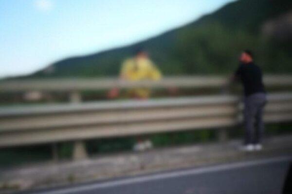 Scavalca il guard rail e minaccia di lanciarsi nel fiume: salvato da carabiniere fuori servizio
