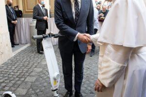 Un monopattino in dono a Papa Francesco da parte di Assosharing