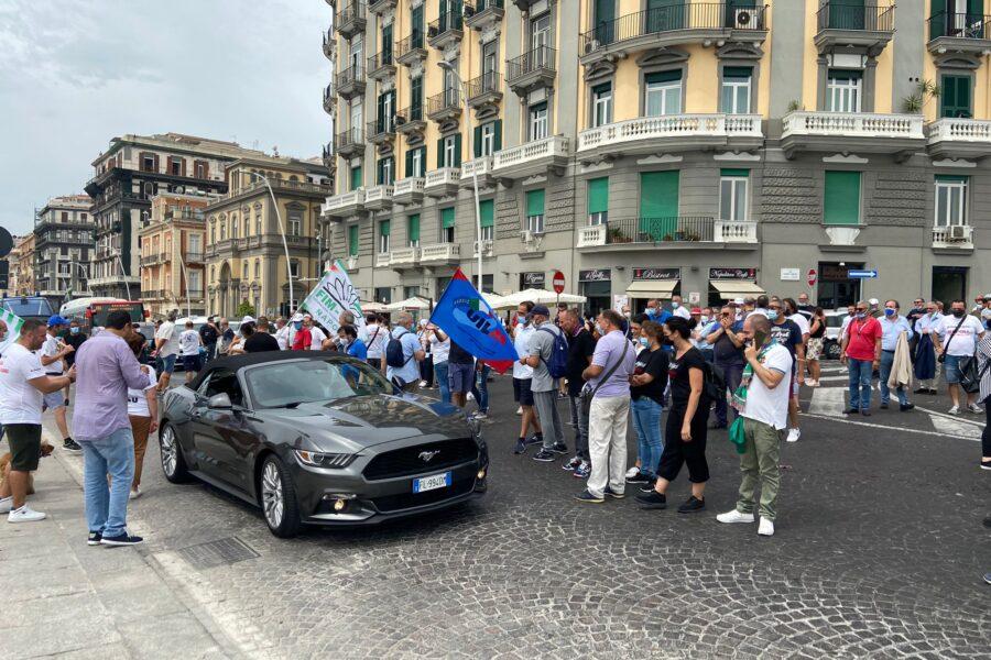 Napoli, traffico in tilt per la manifestazione dei lavoratori Whirpool: passa solo l'auto dello sposo
